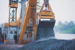 Gul tung grävskopa och bulldozer som gräver sand och arbete under vägarbeten och att lasta av sand och vägmetall under tankeskape Royaltyfri Fotografi