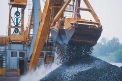 Gul tung grävskopa och bulldozer som gräver sand och arbete under vägarbeten och att lasta av sand och vägmetall under tankeskape Arkivfoton