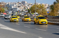 Gul turkisk taxibil istanbul kalkon Arkivfoton