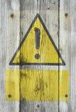 Gul utropstecken på trä Royaltyfri Bild
