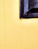 Gul vägg och del av fönstret Royaltyfri Fotografi