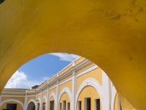 Gul valvgång och gammal Fort El Morro Royaltyfri Fotografi