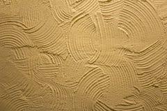 Gul vit grå vägg med djup lättnad av skrapor med skuggor Textur f?r grov yttersida arkivfoton