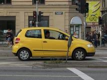 Gul Volkswagen Golf bil i Köpenhamn Royaltyfria Bilder