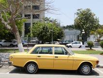 Gul Volvo 144 De Luxe sedan som parkeras i Lima Royaltyfri Fotografi