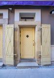 Gul ytterdörr i tappninggata Royaltyfri Fotografi