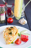 Gul zucchini som är välfylld med höna och grönsaker, tomater på en vit platta Royaltyfri Foto
