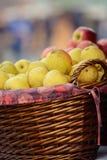 Gula äpplen i en träkorg Royaltyfri Fotografi