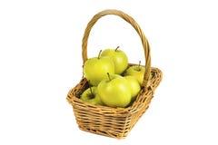 Gula äpplen i korgen Arkivfoton