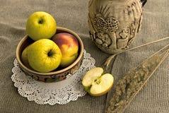 Gula äpplen och keramisk foodware Royaltyfria Bilder