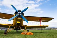Gula Antonov An-2 står på flygfält royaltyfria foton