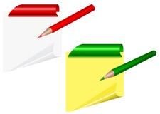 Gula ark med det krullade hörnet och gem med blyertspennan Royaltyfria Bilder