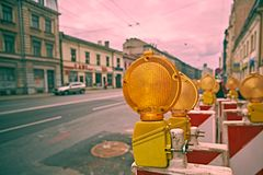Gula blinkers för vägarbete stänger sig upp royaltyfri foto