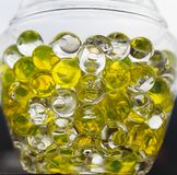 Gula bubblor i en exponeringsglaskrus arkivfoto