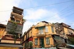 Gula byggnader för tappning i Europa stil Arkivfoto