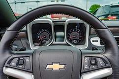 Gula Chevrolet Camaro SS konvertibla instrumentbrädadetaljer Arkivfoto