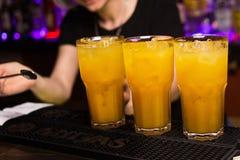 Gula coctailar för alkoholist Arkivfoto