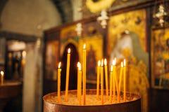 Gula delikata stearinljus i kyrkan Royaltyfri Fotografi
