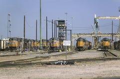 Gula drevmotorer på fackliga Pacifics Bailey Railroad Yards royaltyfri bild