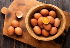 Gula fega ägg i en träbunke Royaltyfri Foto