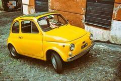 Gula Fiat 500 som parkeras i Rome Arkivfoton