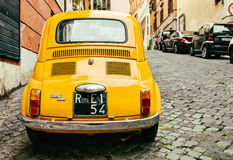 Gula Fiat 500 som parkeras i Rome Royaltyfria Bilder