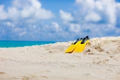 Gula flipper på den maldiviska stranden Fotografering för Bildbyråer