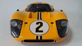 Gula Ford Gt 40 tävlings- bil Royaltyfria Bilder