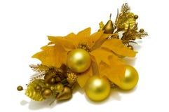 Gula garneringar för julstjärnablommajulgran Vänstersidasikt Arkivfoto