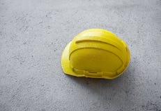 Gula hårda hattar ELLER HJÄLM på konkret golv royaltyfri fotografi