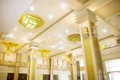 Gula hotelllampor på taket Royaltyfria Bilder