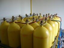 Gula komprimerade naturgascylindrar Arkivbild