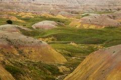 Gula kullar och gröna Badlands South Dakota för präriegräs fotografering för bildbyråer