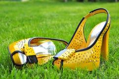 Gula kvinnors skor Royaltyfria Foton