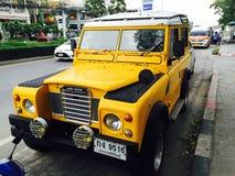 Gula Land Rover Fotografering för Bildbyråer