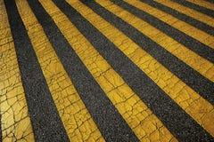 Gula linjer på asfalt Royaltyfria Foton