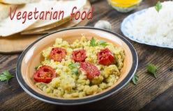 Gula linser, grillade tomater, vegetarisk mat, indisk mat, Arkivbild