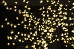 Gula ljus som är unfocused som abstrakt bakgrund Arkivfoton