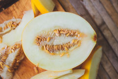 Gula meloncantaloupmelonskivor Arkivfoton