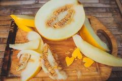 Gula meloncantaloupmelonskivor med formhjärta Royaltyfria Bilder