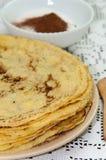 Gula nya pannkakor tjänade som på plattan med kakaosocker Royaltyfria Bilder
