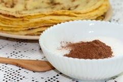 Gula nya pannkakor tjänade som på plattan med kakaosocker Royaltyfria Foton