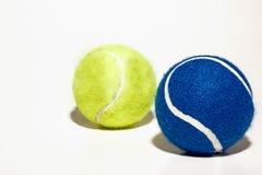 Gula och blåa tennisbollar Arkivfoton