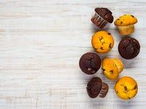 Gula och bruna muffin på kopieringsutrymme Arkivbilder
