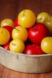 Gula och röda plommoner i bunke Royaltyfri Foto