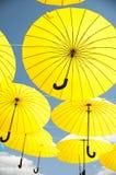 Gula paraplyer Fotografering för Bildbyråer