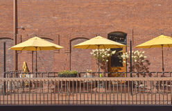 Gula paraplyer i en utomhus- caffe Wala Wala WA Royaltyfria Bilder