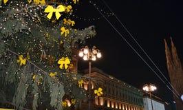 Gula pilbågar av den fyrkantiga Duomojulgranen, exponerade av natten som dekorerar för julen royaltyfria foton