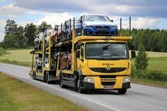 Gula Renault Premium Car Carrier Transports nya medel Fotografering för Bildbyråer