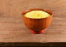 Gula ris i en träbunke royaltyfri foto